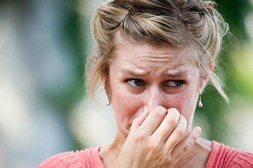 Запах укусом из-за болезни