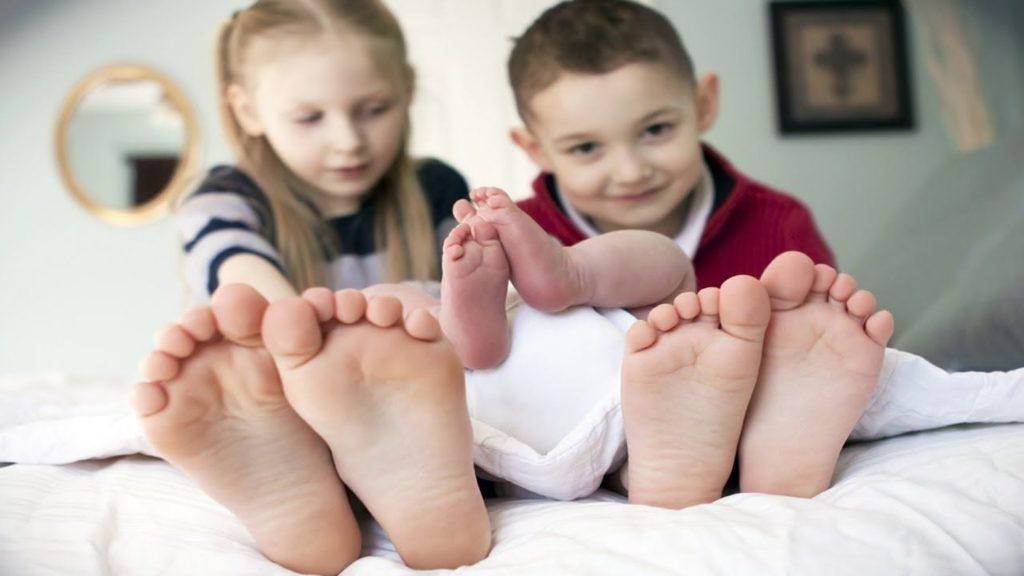 Почему у ребенка сильно потеют ноги и неприятно пахнут