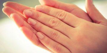 Из-за чего у девушек мокрые руки