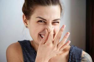 устанавливают болезнь по соответствующему запаху пота
