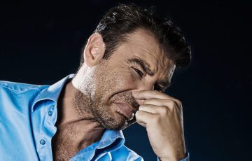 Почему пахнет у мужчин в паху между ног